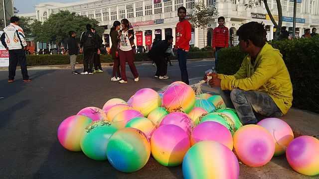 ballon seller at raahgiri day connaught place